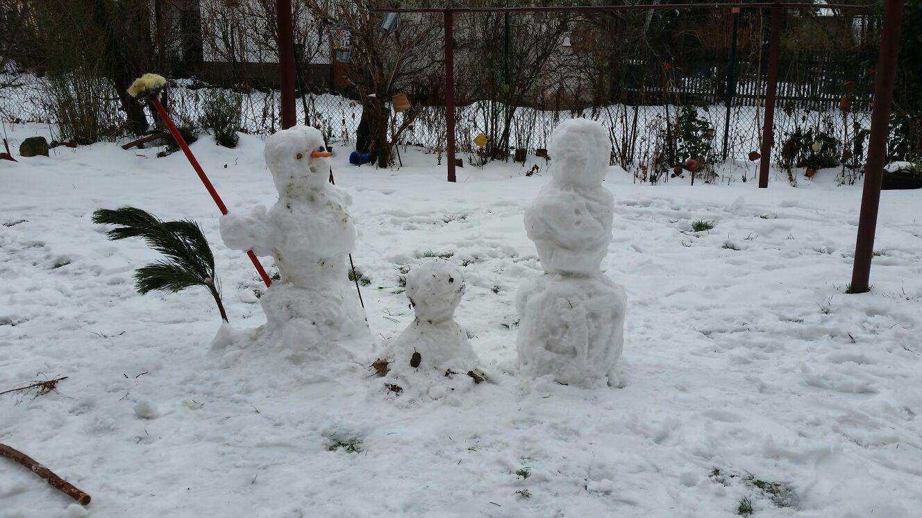 Eine Schneefamilie (merke: Die Mama ist die mit dem Besen !) Danke an Ina St. für das Bild !