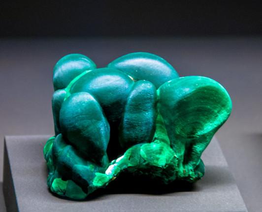 Malachit - Basisches Kupfercarbonat, von dem man behauptet es hilft bei Frust, Unausgeglichenheit, Unentschlossenheit & Ablehnung des eigenen Körpers