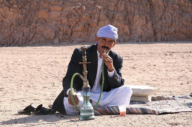 Shisha rauchender Mann (Quelle: onig99 / pixabay.de)